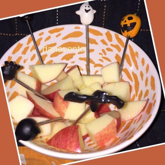 effortless halloween apple bites, apple bites, apples, snacking, treats, fast, cute ideas, diy, picks, halloween, month snack, cubes, food blogger, diy blogger, dana vento
