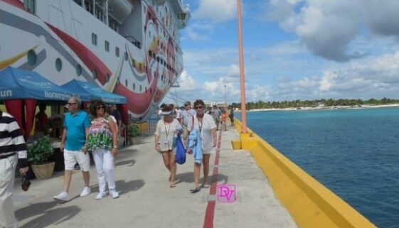 cruising, why families take cruises, winter vacations, trips, travel, family vacation, travel blogger, ocean, cruise ships, norwegian, carnival, royal Caribbean,trips, destinations, travel, traveling as a family, dining, parties, mega ship, service, bars, drinks, pools, countries